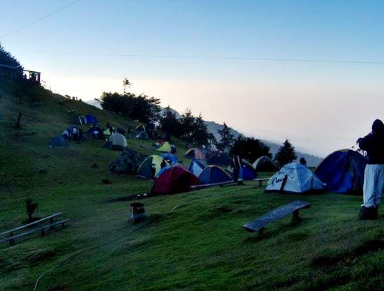 Turistas acampando en el cerro El Pital